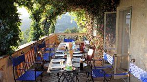 Gemeinsam Speisen auf dem Balkon