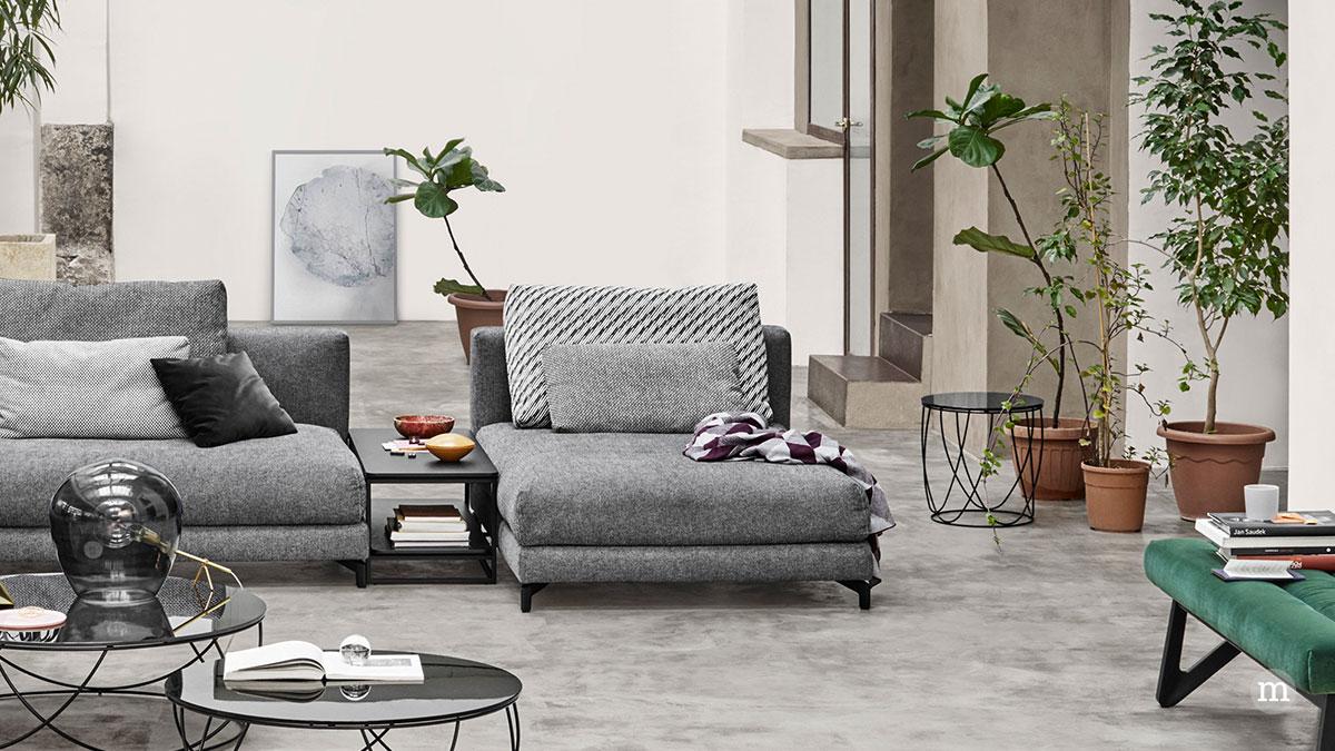 Ein Beistelltisch dient zwischen zwei Sofas als Ablage für Zeitschriften (ROLF BENZ)
